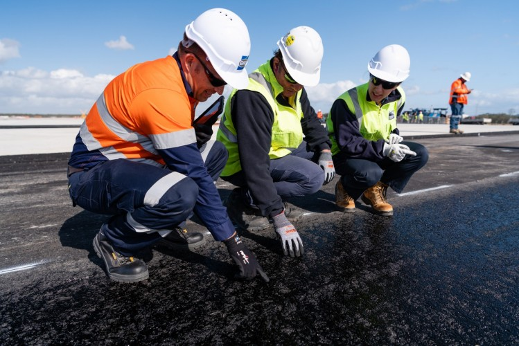 Brisbane's new runway - asphalt application